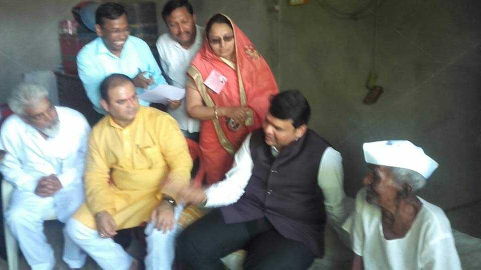 साळवे (ता. शिंदखेडा) : शेतकऱ्याशी संवाद साधताना मुख्यमंत्री देवेंद्र फडणवीस. शेजारी पर्यटन मंत्री जयकुमार रावल, पालकमंत्री दादा भुसे आदी