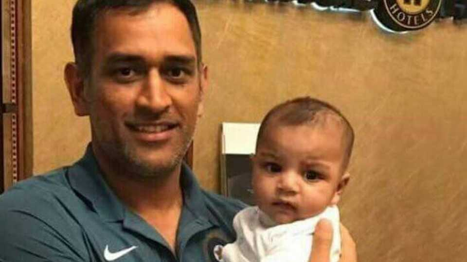 MS Dhoni's picture with Sarfaraz Ahmed's son wins hearts in India and Pakistan