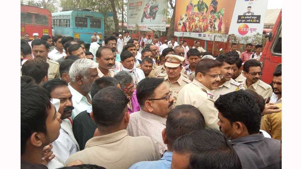 marathi news chalisgaon attack fight police bus driver