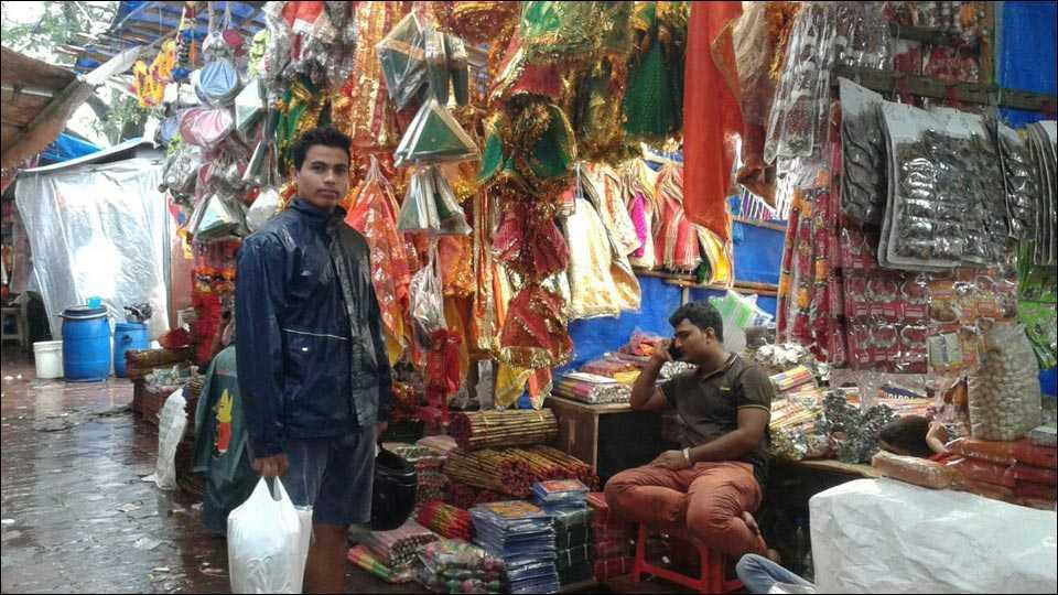 मुंबईः पावसाच्या कोसळण्याने मस्जिद बंदर बाजारपेठ ठप्प