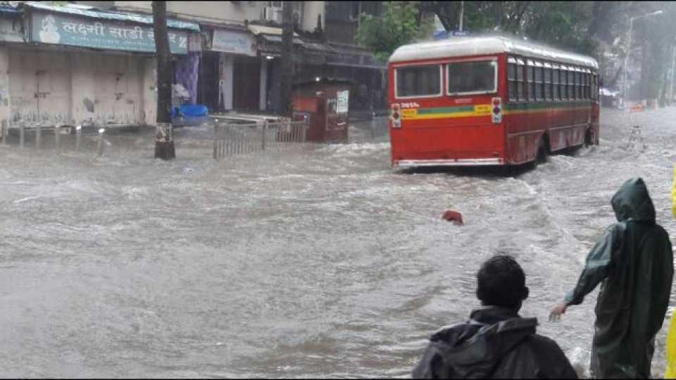मुंबईला पावसाने झोडपले; ठिकठिकाणी साचले पाणी