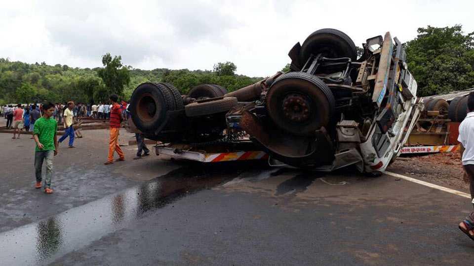 kokan news accident on mumbai-goa highway 2 dead