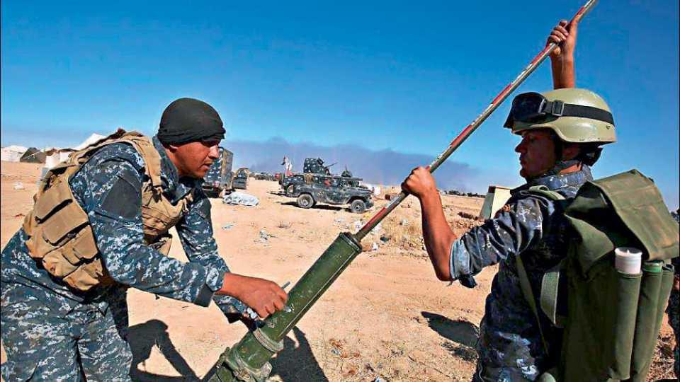 इसिसबरोबरच्या संघर्षाची तयारी करताना इराकी सैनिक.