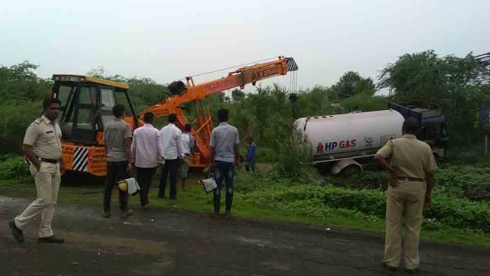 The leak to the gas tanker Parbhani Nanded highway closed for six hours