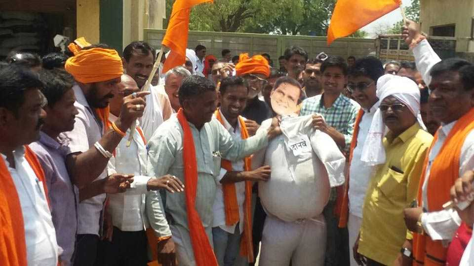 shiv sena agitation against Raosaheb Danve in Washim