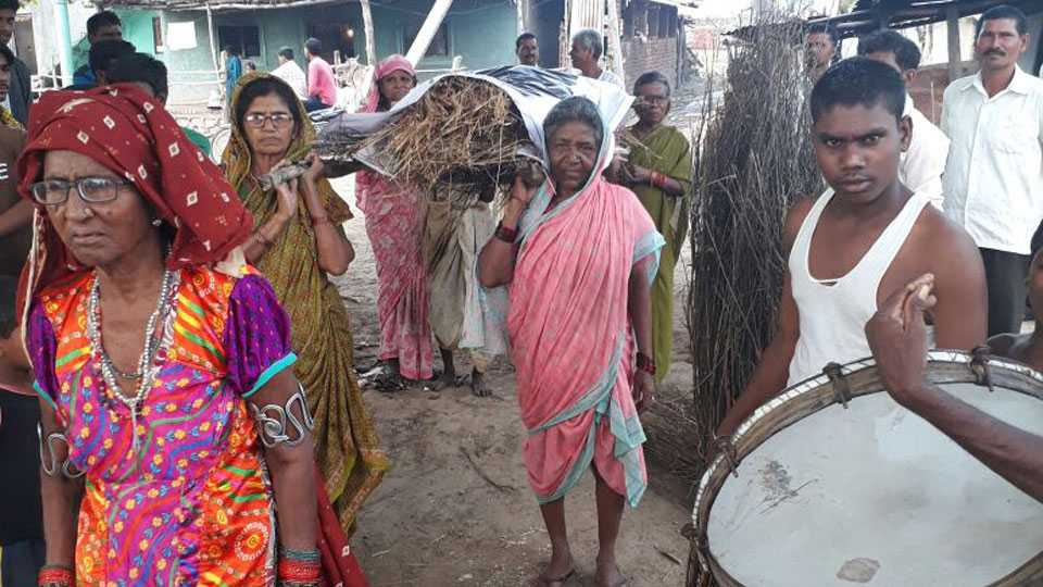Yavatmal news farmers wife agitation against Devendra Fadnavis