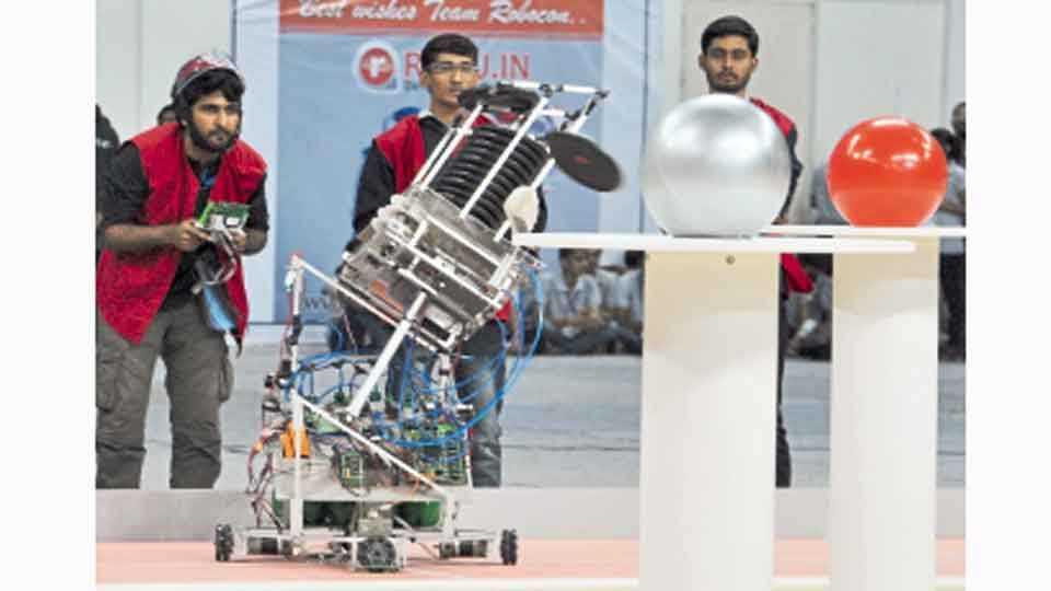एमआयटी - बाराव्या एबीयू राष्ट्रीय रोबोकॉन स्पर्धेत सादर करण्यात आलेल्या प्रकल्पाची माहिती घेताना.