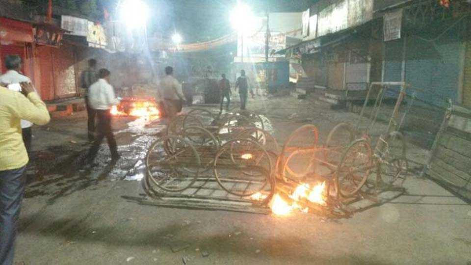पूर्णा -पूर्णा शहरात शुक्रवारी रात्री झालेल्या वादानंतर शहरात जाळपोळ करण्यात आली.