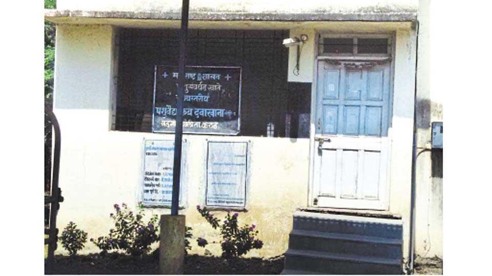 वडगाव हवेली - दवाखान्यात पूर्ण वेळ अधिकारी नसल्याने दिवस-दिवसभर बंद राहणारा दवाखाना.