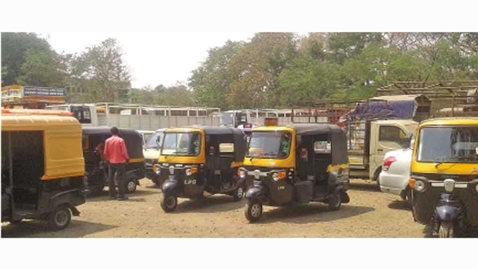 कोल्हापूर - रिक्षासह वाहनांची आरटीओ कार्यालयात नोंदणीसाठी  गर्दी झाली होती.