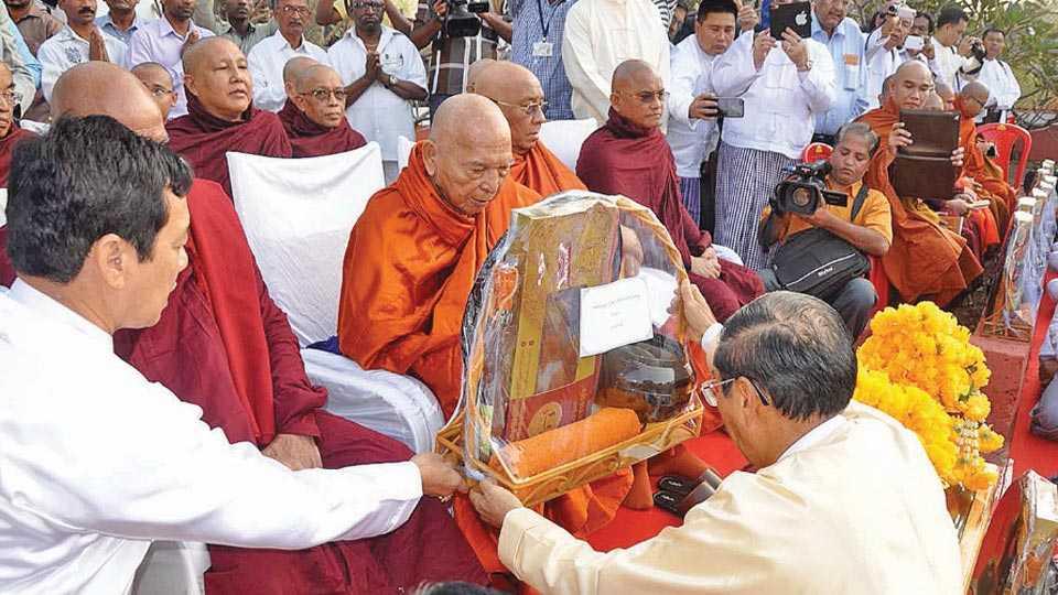 रत्नागिरी - थिबा राजाच्या स्मृतिशताब्दीनिमित्त समाधीच्या ठिकाणी धार्मिक विधी करताना ब्रह्मदेशचे भिक्षूगण.
