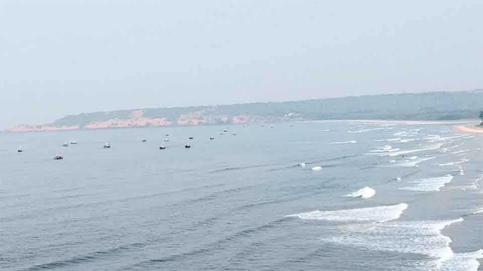 रत्नागिरी ः आरे-वारे किनाऱ्यावर अगदी जवळ मोसेमारी करणाऱ्या स्थानिक मच्छीमारांच्या नौका.