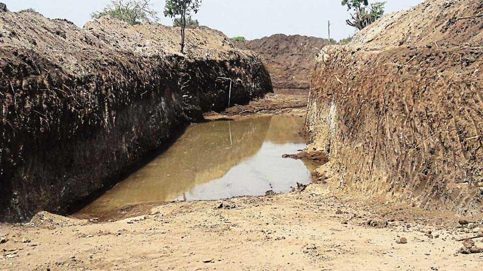 घनसावंगी - तनवाडी येथे खोलीकरण व रुंदीकरणाच्या कामानंतर ऐन उन्हाळ्यात उपलब्ध झालेले पाणी.