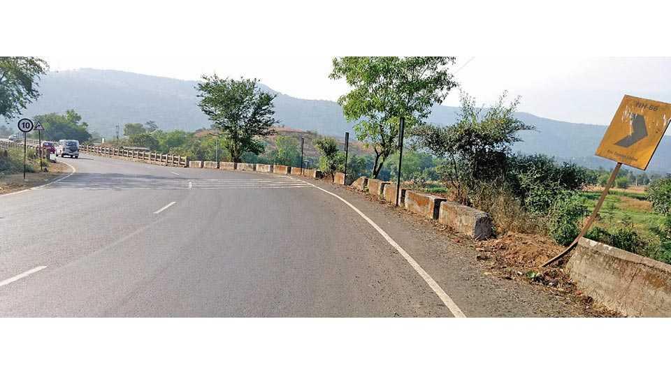 मुंबई - गोवा महामार्गावर महाड येथील गंधारी नदीच्या वळणावरील रम्बलिंग.