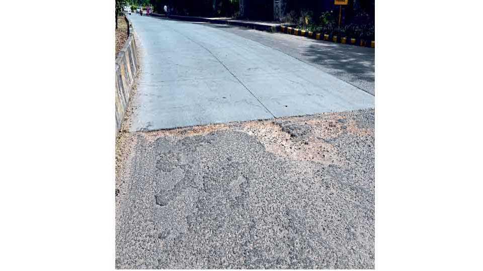 कोल्हापूर : रस्त्यावरील अनेक खड्डे मुरुमाने झाकण्याचा केविलवाणा प्रयत्न केला आहे. राजाराम कॉलेजसमोरील खड्डे.                      (मोहन मेस्त्री : सकाळ छायाचित्रसेवा)