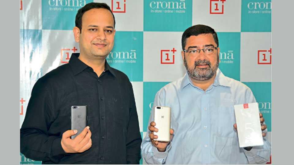 मुंबई - फोनचे अनावरण करताना वनप्लस इंडियाचे महाव्यवस्थापक विकास अगरवाल व क्रोमा इन्फिनिटी रिटेल लिमिटेडचे मुख्य कार्यकारी अधिकारी अविजित मित्रा.