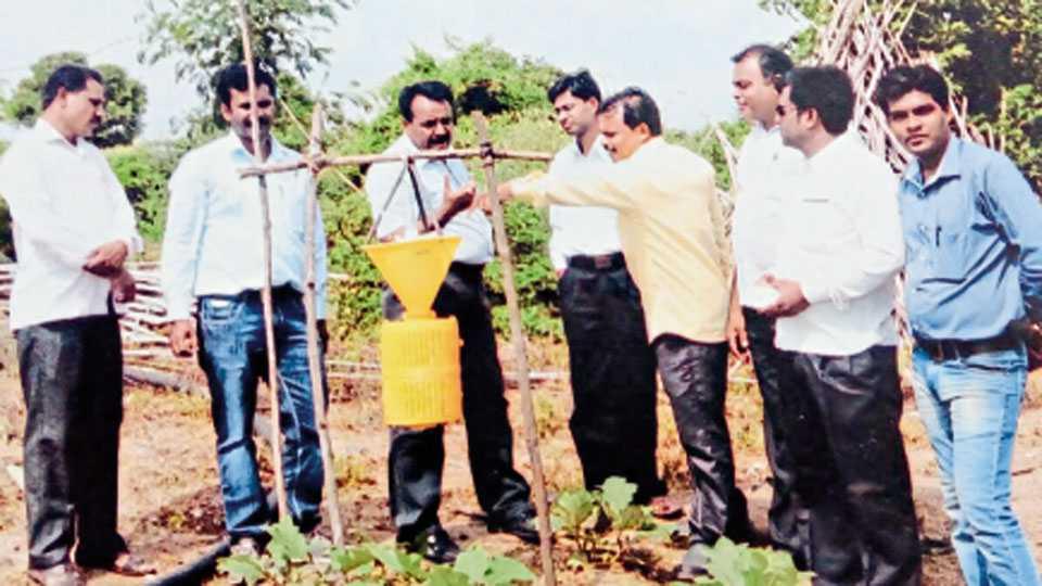 कृषी विभागाने संजय मिसाळ व विनायक विखार यांच्या शेतात वापरण्यासाठी प्रकाश सापळा दिला होता.