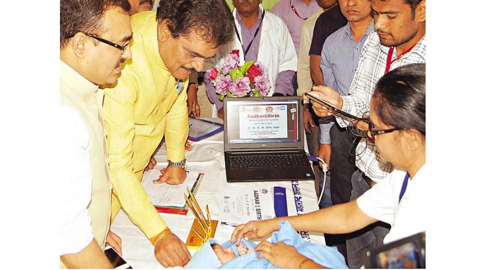 उस्मानाबाद - जिल्हा स्त्री रुग्णालयात अर्भकाच्या आधार कार्ड नोंदणी उपक्रमाचे उद्घाटन करताना पालकमंत्री डॉ. दीपक सावंत. या वेळी जिल्हाधिकारी डॉ. प्रशांत नारनवरे.