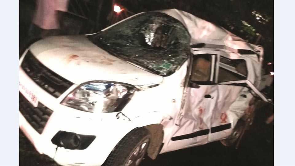 कऱ्हाड -राष्ट्रीय महामार्गावर झालेल्या अपघातात मोटारीचे मोठे नुकसान झाले.