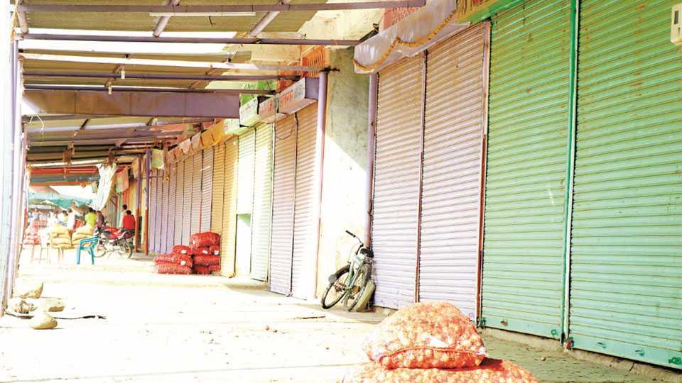 औरंगाबाद - बाजार समितीमधील बंद असलेली फळभाजीपाल्याची आडत दुकाने.