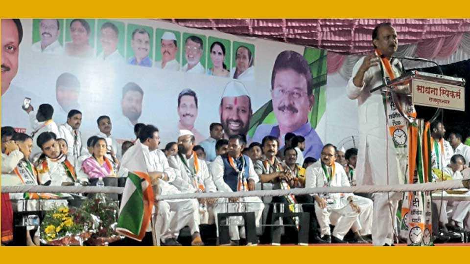 राजगुरुनगर (ता. खेड) - राष्ट्रवादी काँग्रेस पक्षाच्या हल्लाबोल आंदोलनाच्या सभेत बोलताना माजी उपमुख्यमंत्री अजित पवार.