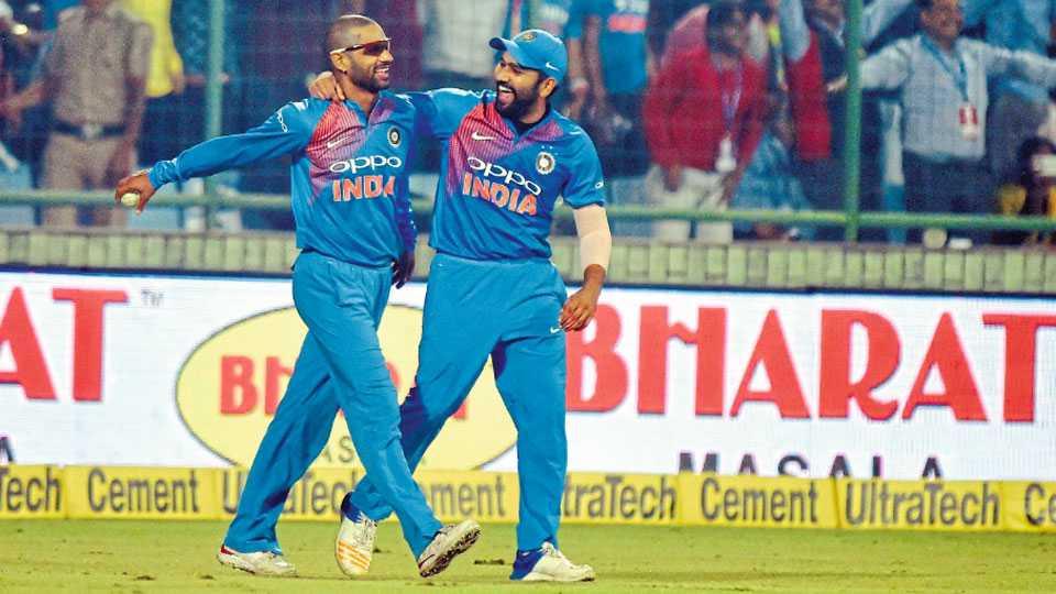 नवी दिल्ली - पहिल्या टी-20 सामन्यात न्यूझीलंडचा कॉलीन डी ग्रॅंडहोम याचा झेल शिखर धवनने टिपला. त्यानंतर त्याचे अभिनंदन करताना रोहित शर्मा.