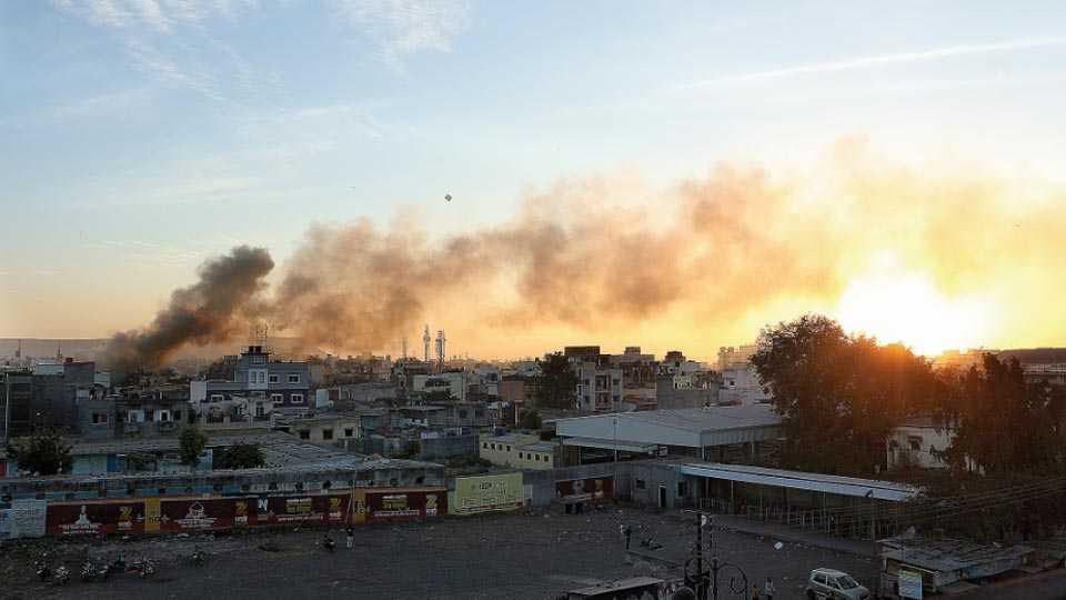 औरंगाबाद - जून्या मोंढ्यातील नवाबपूरा भागात मंगळवारी लागलेल्या आगीचे शहागंज येथून टिपलेले छायाचित्र (छायाचित्र - मोहम्मद इम्रान.)