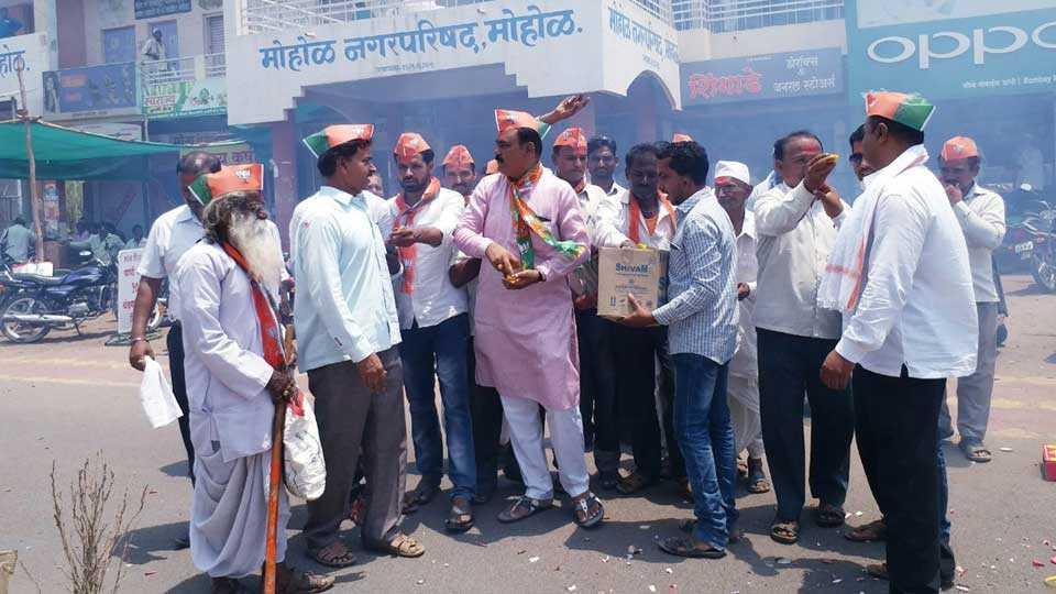 BJP Mohol Celebrates karnataka Victory