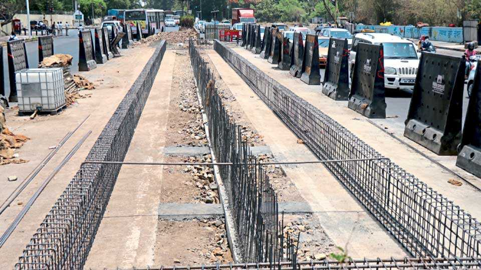 पुणे-मुंबई रस्ता - रेंजहिल्स चौकात बीआरटी बसथांबा बांधण्यास प्रारंभ.