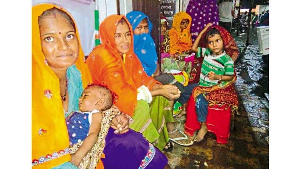शिवाजी रस्ता - गणेशोत्सवामध्ये छोट्या-मोठ्या वस्तू विकण्यासाठी देशाच्या कानाकोपऱ्यातून शहरात मुलाबाळांसह आलेल्या महिला.