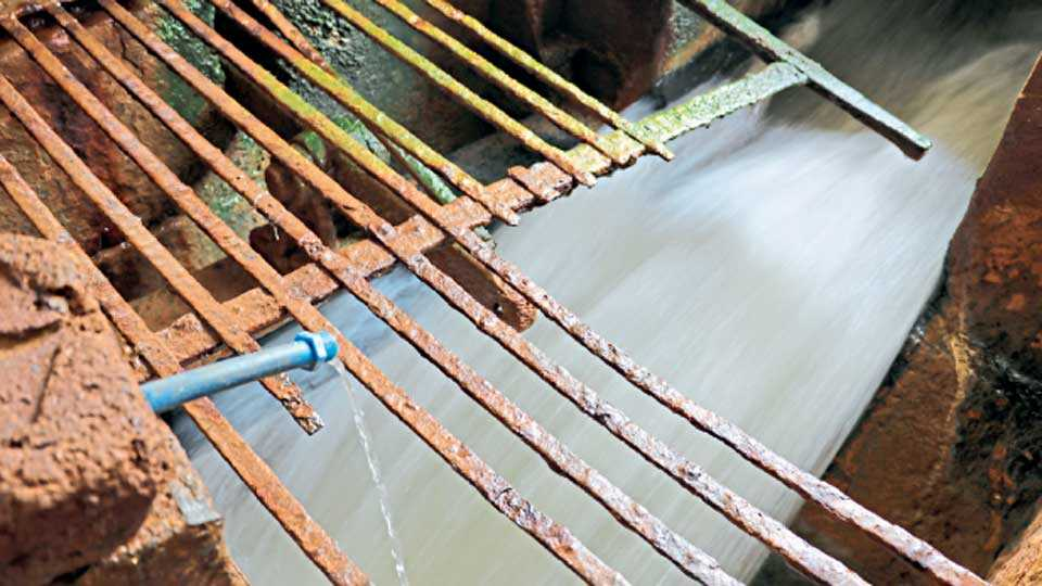 बालिंगा फिल्टर हाऊस येथील मुख्य फिल्टर पाण्यावरील गंजलेली जाळी.