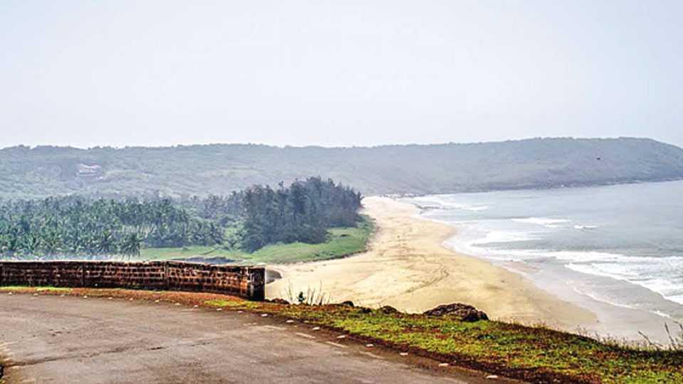 गणपतीपुळे - सागरी महामार्ग कोकण किनारपट्टीवरील जवळपास सगळ्याच पर्यटनस्थळांना पूरक ठरतो.