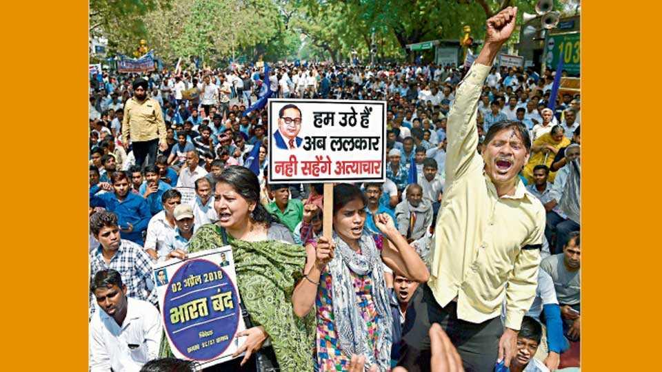 नवी दिल्ली - 'ॲट्रॉसिटी' तील तरतुदी मवाळ केल्याच्या निषेधार्थ सोमवारी आंदोलन करताना कार्यकर्ते.