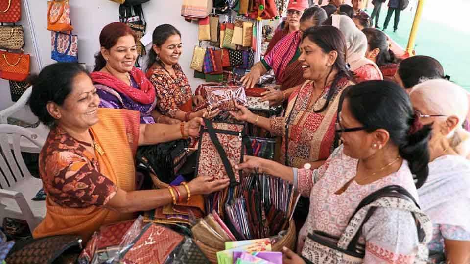 भीमथडी जत्रा, सिंचननगर - अकराव्या भीमथडी जत्रेत वस्तूंची खरेदी करताना महिला.