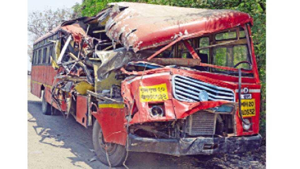 अपघातग्रस्त चेंदा झालेली बस.