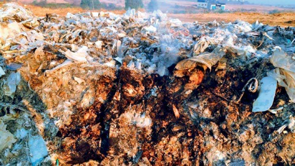 चिखली - येथील केमिकल कंपन्यांमधून निघणारा केमिकलयुक्त कचरा असा राजरोसपणे उघड्यावर जाळला जातो.