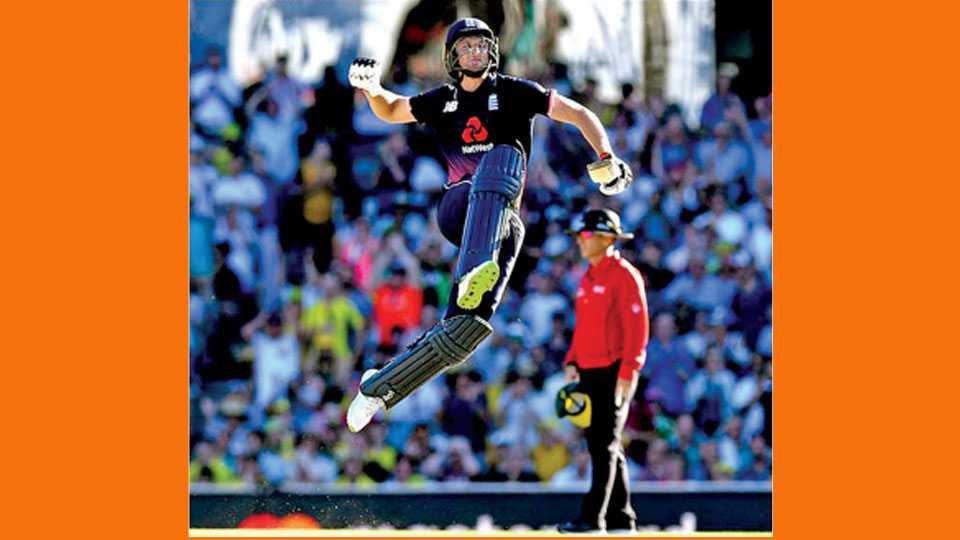 सिडनी - ऑस्ट्रेलियाविरुद्धच्या तिसऱ्या एकदिवसीय सामन्यात शतक झळकाविल्यावर इंग्लंडच्या जोस बटलरने आपला आनंद असा व्यक्त केला.