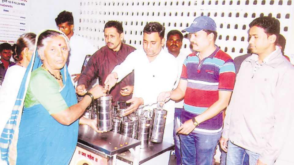 सातारा - क्रांतिसिंह नाना पाटील जिल्हा सरकारी रुग्णालयात अन्नदान करताना रवींद्र कांबळे, सतेज कर्पे, रवींद्र कळस्कर आदी कार्यकर्ते.