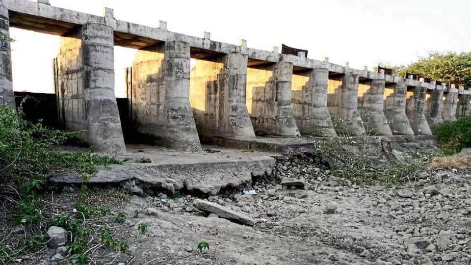 दहिवडी - माण नदीवर बांधलेल्या कोल्हापूर पद्धतीच्या बंधाऱ्याचा पाया मोठ्या प्रमाणात वाहून गेला आहे.