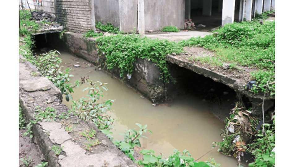 नाल्यावर स्लॅब टाकून अडविण्यात आलेला पाण्याचा प्रवाह.