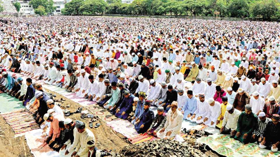 नाशिक - ईदगाह मैदानावर सोमवारी रमजान ईदनिमित्त सामुदायिक नमाजपठण करताना मुस्लिम बांधव.