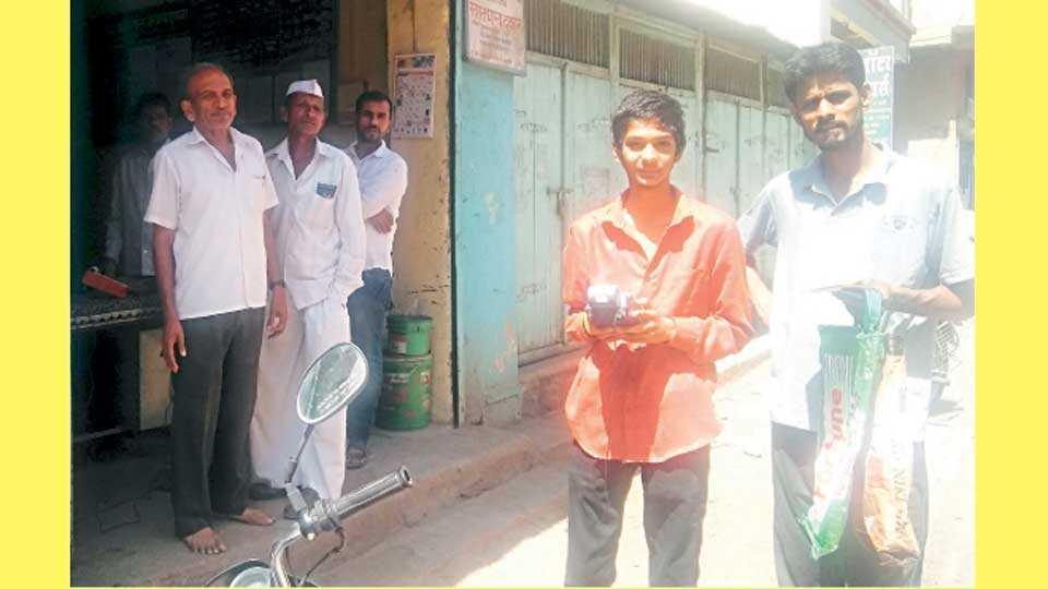 राजगुरुनगर (ता. खेड) - ई-पॉस मशिनला रेंज मिळत नसल्याने धान्य वितरणात अडचणी येत आहेत. रेंजसाठी दुकानाच्या बाहेर आलेले ग्राहक.