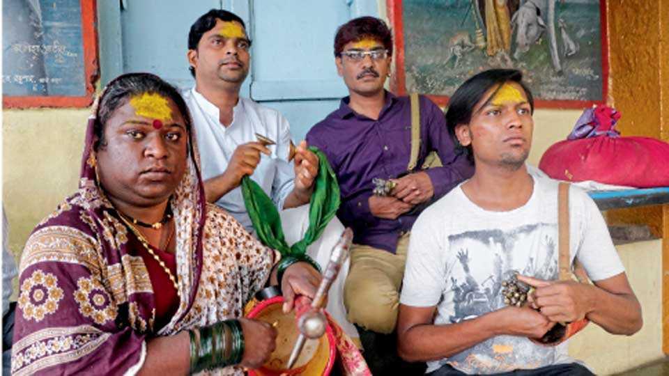कोल्हापूर - शिक्षित तृतीयपंथी रेणुका मंदिरात देवीच्या सेवेत आहेत.