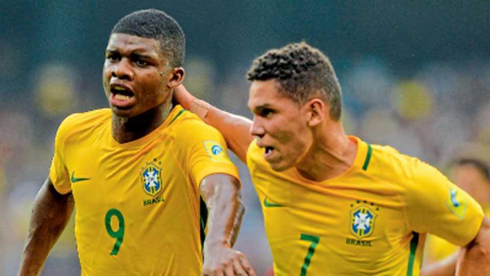 कोची - स्पेनविरुद्ध गोल नोंदविल्यानंतर सहकाऱ्यासह जल्लोष करताना ब्राझीलचा लिंकन (डावीकडे).