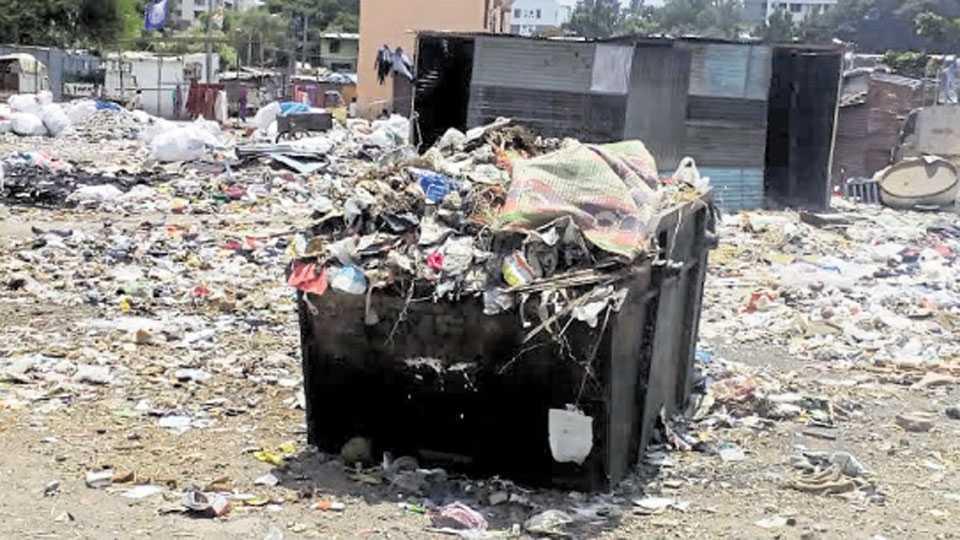 कर्वेनगर - गोसावी वस्तीजवळील मैदानात साठलेला कचरा.