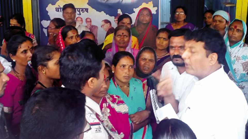 नांदूर - पंतप्रधान आवास योजनेतून घर मिळवून देण्याचे अामिष दाखवत ग्रामीण भागातील महिलांकडून पैसे उकळणाऱ्या संशयिताची महिलांसमोर कानउघाडणी करताना नगरसेवक उद्धव निमसे.