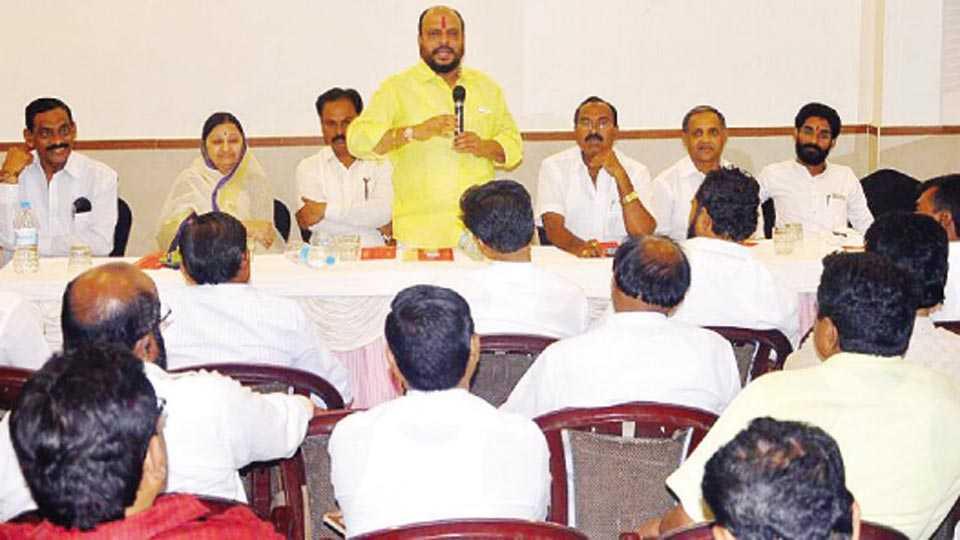 जळगाव - शिवसेनेच्या बुधवारी झालेल्या बैठकीत बोलतांना राज्य सहकारमंत्री गुलाबराव पाटील, उपस्थित पदाधिकारी.
