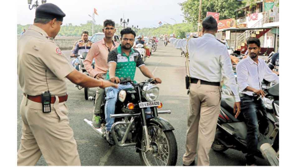 नागपूर - हेल्मेट न घालणाऱ्या वाहनचालकांवर कारवाई करताना वाहतूक पोलिस कर्मचारी.