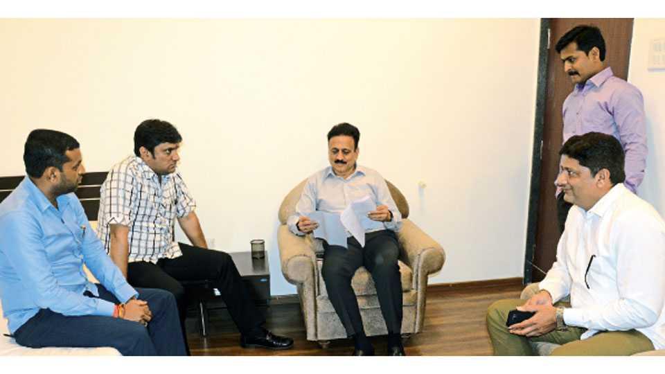 जळगाव - जलसंपदामंत्री गिरीश महाजन यांच्याशी चर्चा करताना महापौर ललित कोल्हे. शेजारी आमदार चंदूलाल पटेल, माजी उपमहापौर सुनील महाजन आदी.