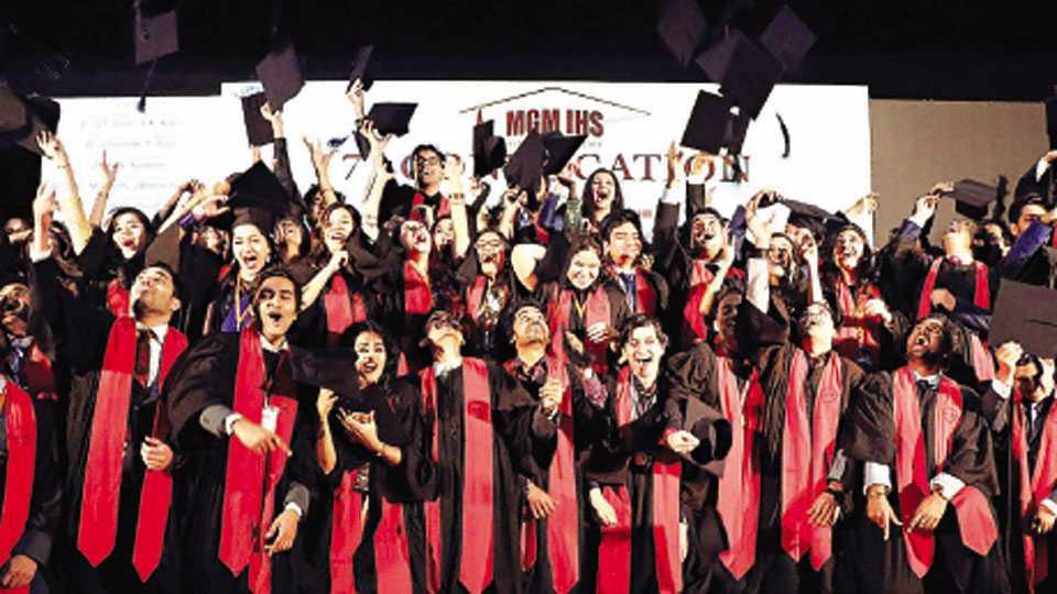 औरंगाबाद - एमजीएम इन्स्टिट्यूट ऑफ हेल्थ सायन्सेस अभिमत विद्यापीठाच्या सातव्या पदवी प्रदान समारंभप्रसंगी जल्लोष करताना विद्यार्थी.
